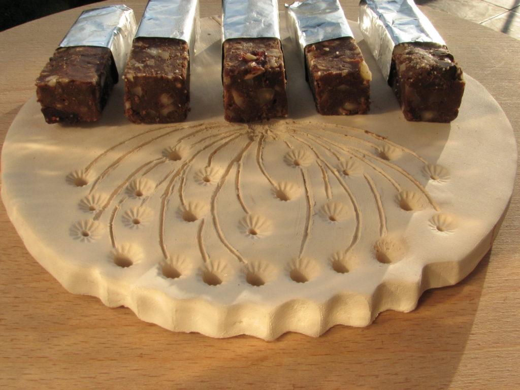 Bloki czekoladowe na glinianej podstawie.