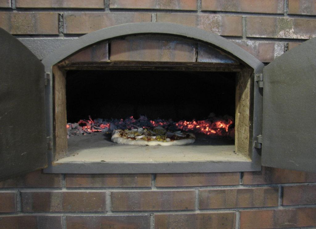 Pieczenie pizzy w piecu chlebowym, pizza na cieńkim cieście, prosty przepis na pizzę, najlepsza pizza, sprawdzony przepis na pizzę