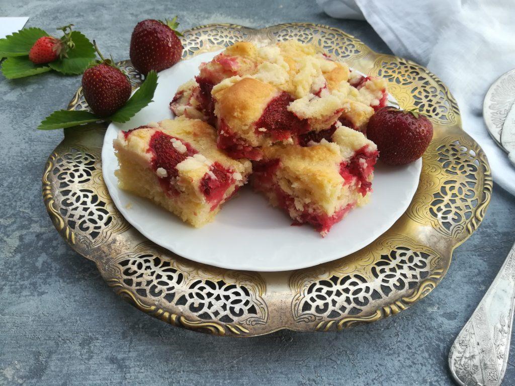 ciasto drożdżowe z truskawkami, ciasto drożdżowe z jagodami, ciasto drożdżowe z jabłkami, ciasto drożdżowe ze śliwkami, tradycyjny placek drożdżowy z owocami, ciasto drożdżowe przepis koła gospodyń wiejskich