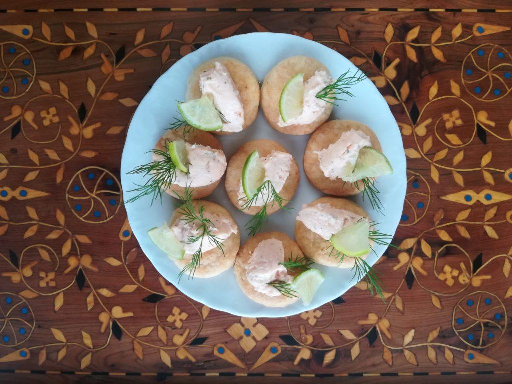 placuszki z wędzonego łososia, przekąski na Sylwestra