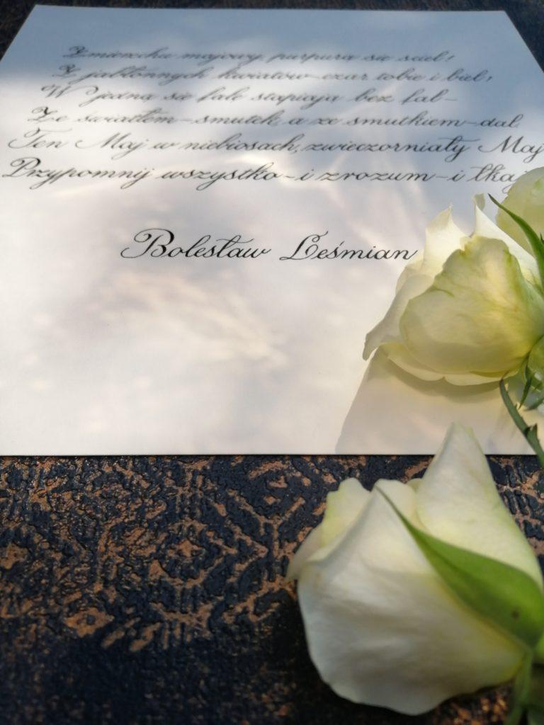 Bolesław Leśmian wiersze, kaligrafia małopolska, kaligrafia wieliczka, bolesław leśmian kaligrafia, nastrojowe wiersze kaligrafia, kaligrafia maj, zmierzchu majowy purpurą się ściel, z jabłonnych kwiatów czar tobie i biel