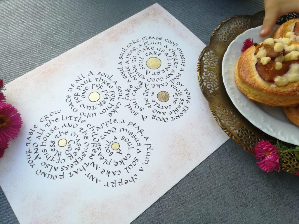 drożdżówki ze śliwkami, ciastka ze śliwkami, a bun with plums with crumble, food&calligraphy